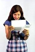 7151173-fille-de-lire-une-lettre-avec-la-bonne-nouvelle